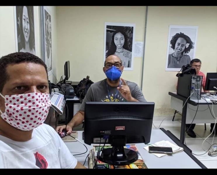 Os Wagner, o de máscara de bolinhas é o Almeida, e o de azul é o Santana. Os na redação do jornal Diário do Pará.