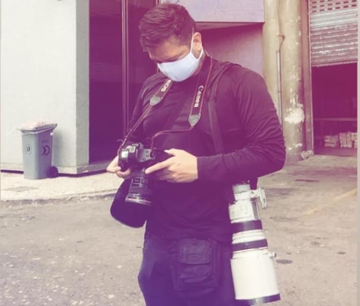Thiago Gomes também confere a foto, depois dos clique