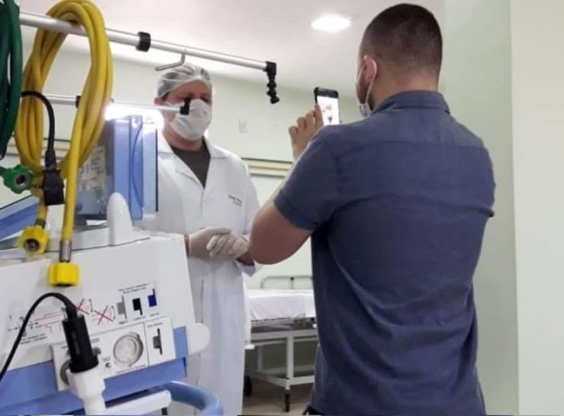 Andrey Araújo, da Comus/Agência Belém em reportagem com um profissional da saúde, em um hospital