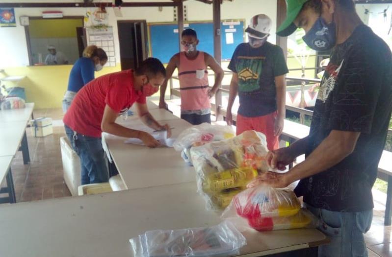 Distribuição dos kits merenda escolar na Escola Municipal de Educação De Campo Milton Montes, na Ilha do Combu.