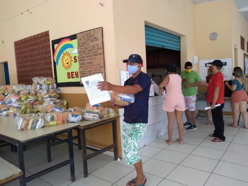 Entrega dos kits na Escola Municipal Sílvio Nascimento.