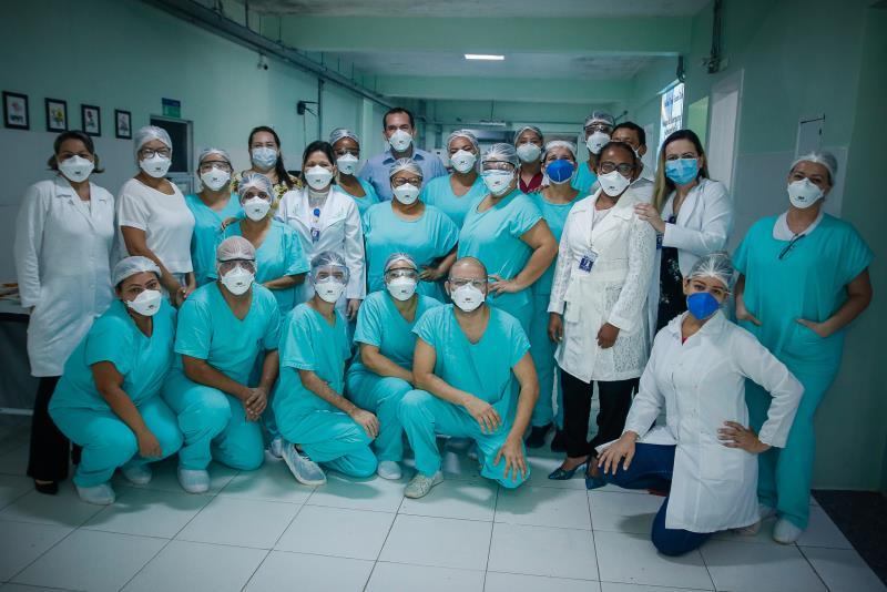 Equipe de enfermagem e assistentes sociais.