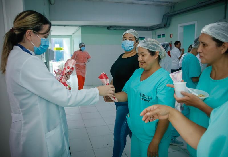 Dezenas de enfermeiros, técnicos de enfermagem e assistentes sociais foram homenageados.