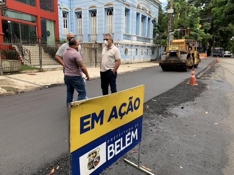 Acompanhado do secretário, Claudio Mercês, o prefeito acompanhou de perto o serviços