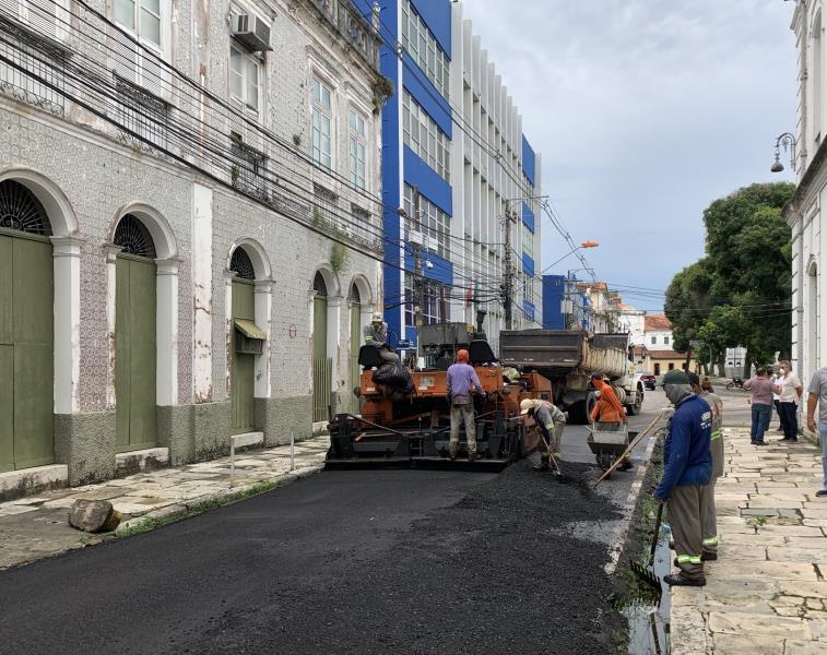 Várias ruas do centro histórico do município estão recebendo o serviço.