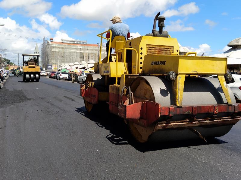 Homens e máquinas da Sesan executam os serviços de pavimentação no Boulevard Castilhos França.