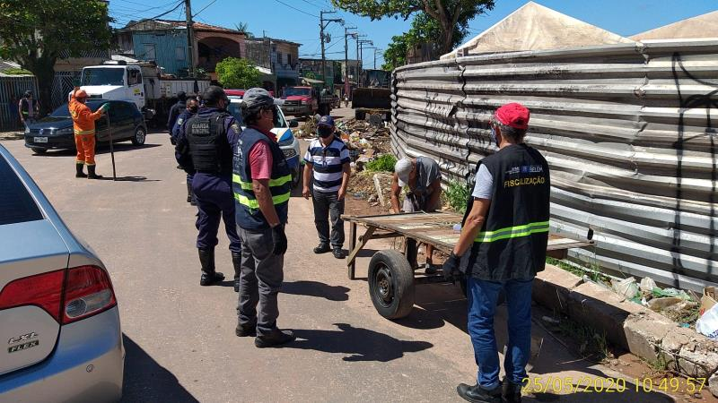 A operação visa coibir a ação de carrinheiros que descartam lixo em via pública.
