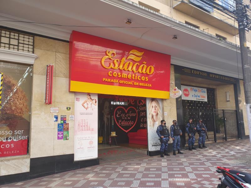 No bairro do comércio, mais de 15 lojas e ambulantes foram flagrados pela fiscalização.