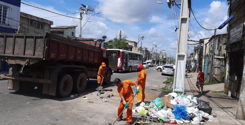 Diariamente, equipes de limpeza percorrem as vias da cidade recolhendo lixo e entulho descartado de forma criminosa
