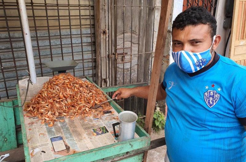 """Giovani da Silva Quaresma, de 24 anos, vendedor de camarão no Jurunas, é testemunha das irregularidades. """"Não faz nem meia hora que o caminhão da prefeitura recolheu tudo e deixou o espaço limpinho. É muita falta de respeito"""", disse na quinta-feira, 28."""