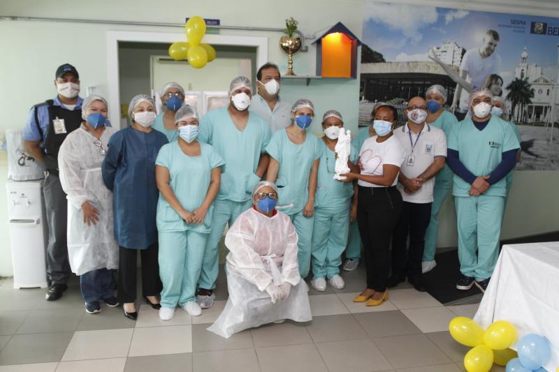 Equipe de servidores do Hospital Dom Vicente Zico durante cerimônia para receber a imagem de Nossa Senhora de Nazaré.