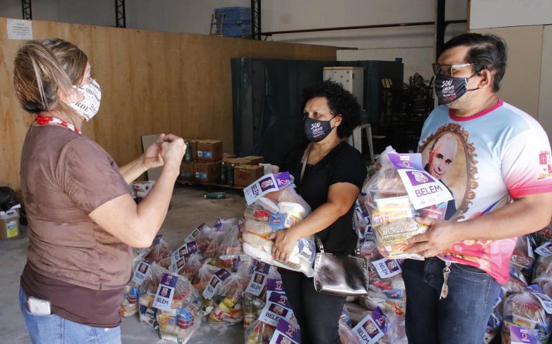 Na foto, a coordenadora da paróquia Cristo Rei, Sheila Ramos recebendo os kits.