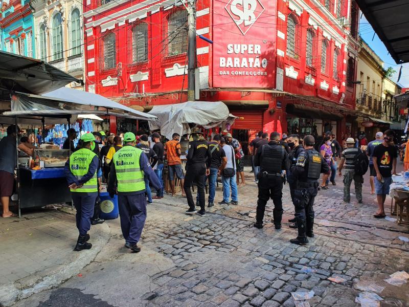 Comércio de Belém apresenta grande número de pessoas.