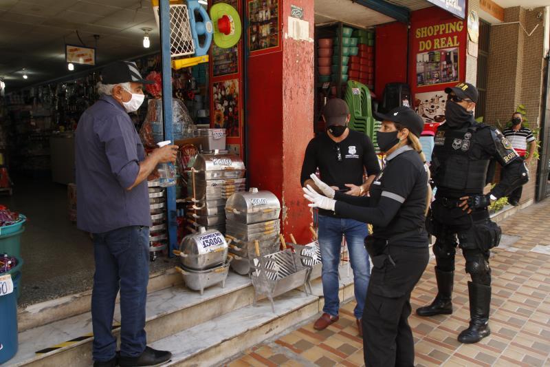 Durante a operação, 40 donos de lojas foram orientados. Seis estabelecimentos tiveram que fechar as portas por descumprimento do decreto.