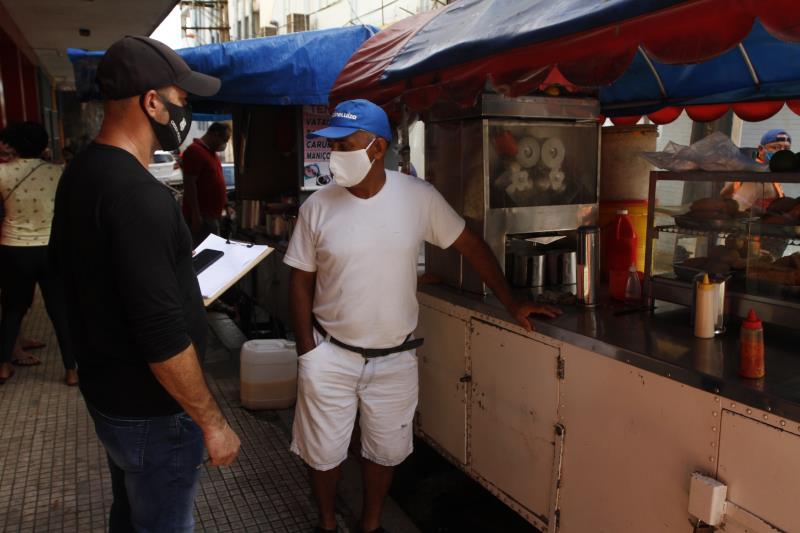 Agentes da Ordem Pública aplicaram multa em um vendedor de refeições. O comerciante era reincidente e insistia em comercializar no próprio local ao invés de optar pelo serviço de delivery