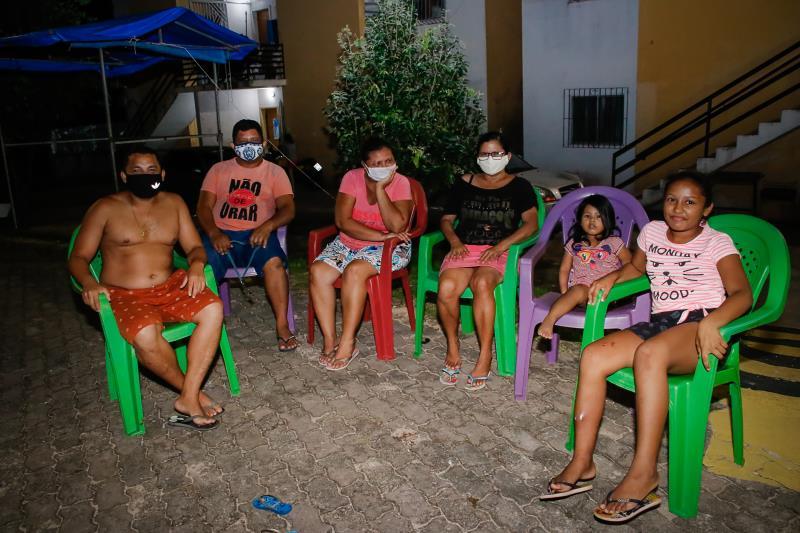 """Diego Medeiro Dias (à esquerda), costuma se sentar em frente ao condomínio onde mora, na margem do Portal da Amazônia e vê a movimenração: """"A gente fica preocupado porque já teve gente que faleceu de coronavírus na vizinhança. Com a fiscalização funciona e as pessoas não vêm"""""""