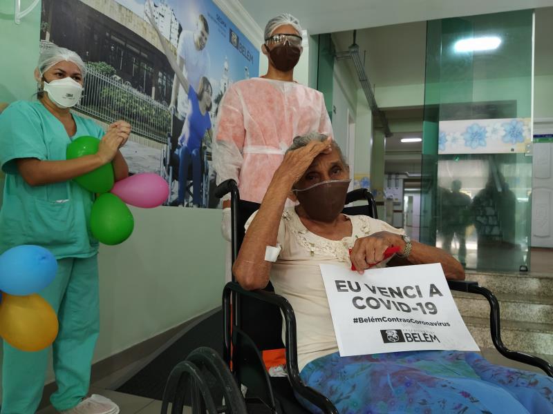 Emoção na alta de paciente de 75 anos, no hospital Dom Zico.
