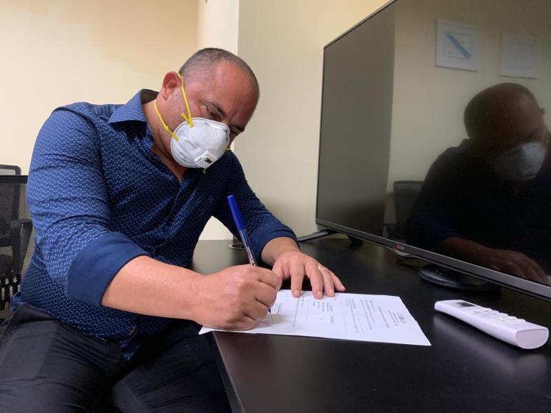 O secretário de saneamento, Cláudio Mercês, participou da assinatura da ordem de serviço para pavimentação da passagem Mucajá, na Sacramenta