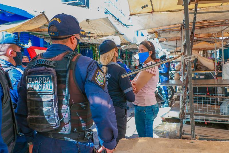 Ambulantes e lojistas foram orientados sobre as medidas de segurança e prevenção à Covid-19.