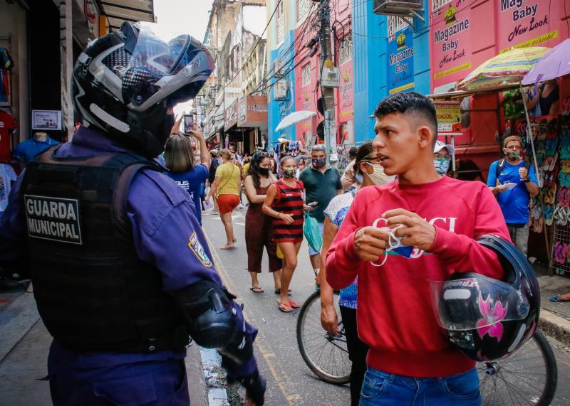 Agentes de segurança atuaram para evitar aglomerações nas ruas do comércio.