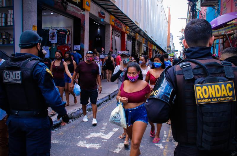 A fiscalização registrou grande movimento de pessoas no centro comercial de Belém neste sábado.