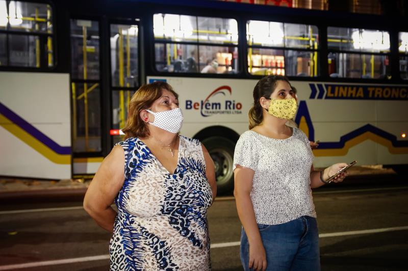 """Lúcia Maria da Silva (à esquerda) acompanhou a homenagem: """"Estou na expectativa do Círio, mas enquanto não tenho resposta acalento meu coração com essas lindas homenagens para que eu possa ter ainda mais fé e esperança"""""""