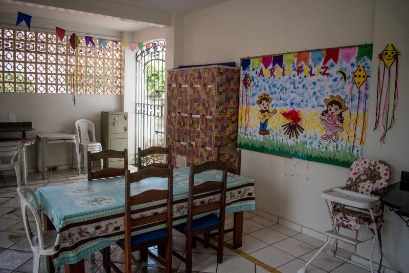A casa conta com uma estrutura completa como cozinha, refeitório, sala, entre outros.
