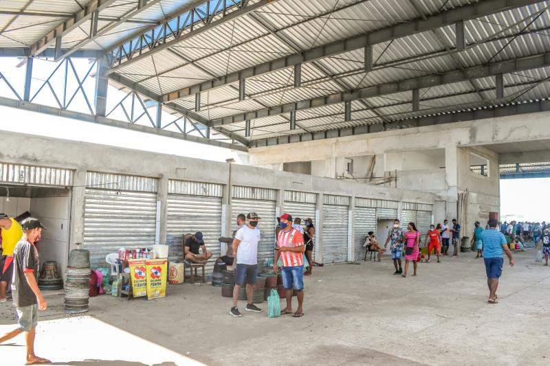 Foram construídos 30 novos boxes, desde a fundação, assim como o prédio administrativo, com banheiros e salas para abrigar a administração e o posto da Guarda Municipal.