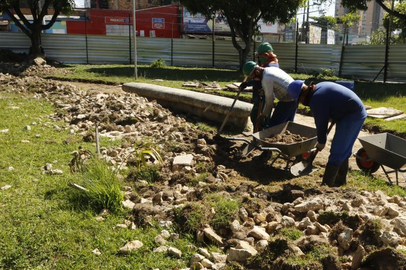 O prefeito esteve ainda fiscalizando o início das obras na praça Eneida de Moraes, na Pedreira.