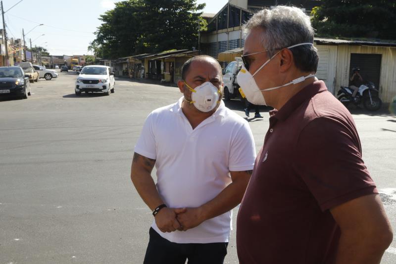 Claudio Mercês, titular da Sesan, e o prefeito Zenaldo Coutinho durante a vistoria das obras.