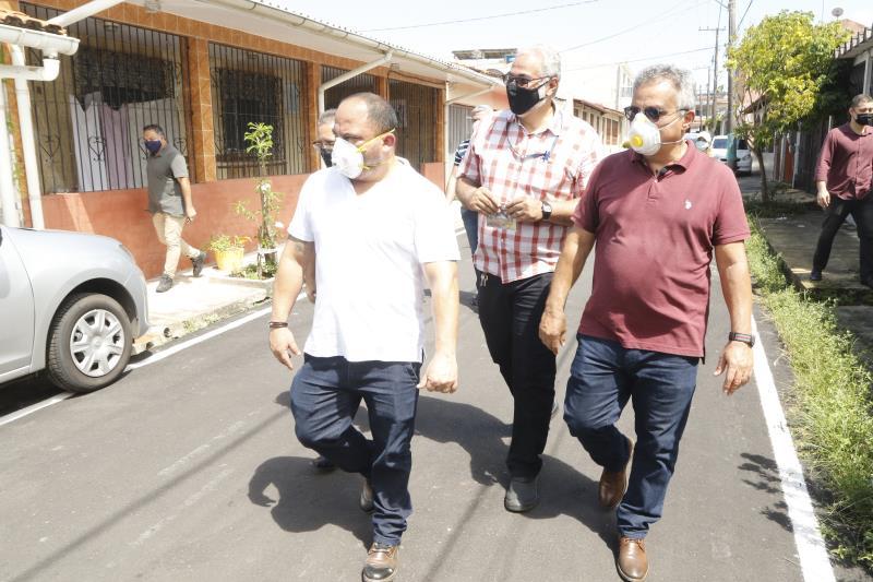 Prefeito Zenaldo Coutinho visita o conjunto Roraima que recebeu pavimentação asfáltica.