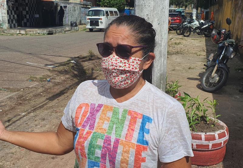 Ezilda Baena, moradora há 30 anos do bairro,  esteve hoje, juntamente com equipe da Secretaria, realizando o plantio de mudas.