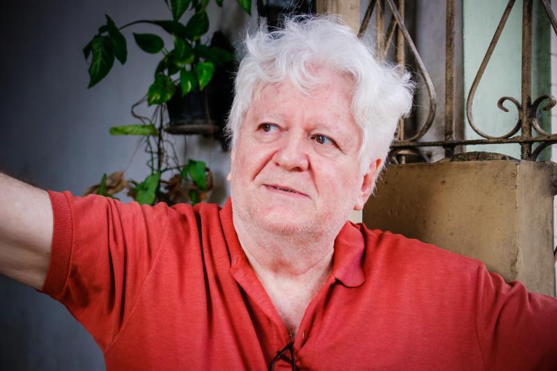 Morador há décadas da José Malcher, Tércio Aires, 61, acompanhava o trabalho de recomposição asfáltica na porta de casa.