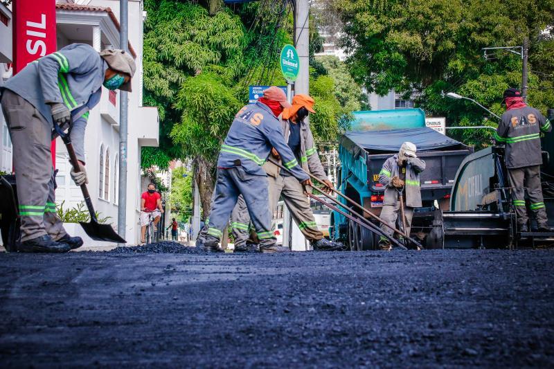 O trabalho de recomposição asfáltica prossegue neste domingo, 12, e deve durar mais de dois meses nos mais de três quilômetros da avenida Governador José Malcher.
