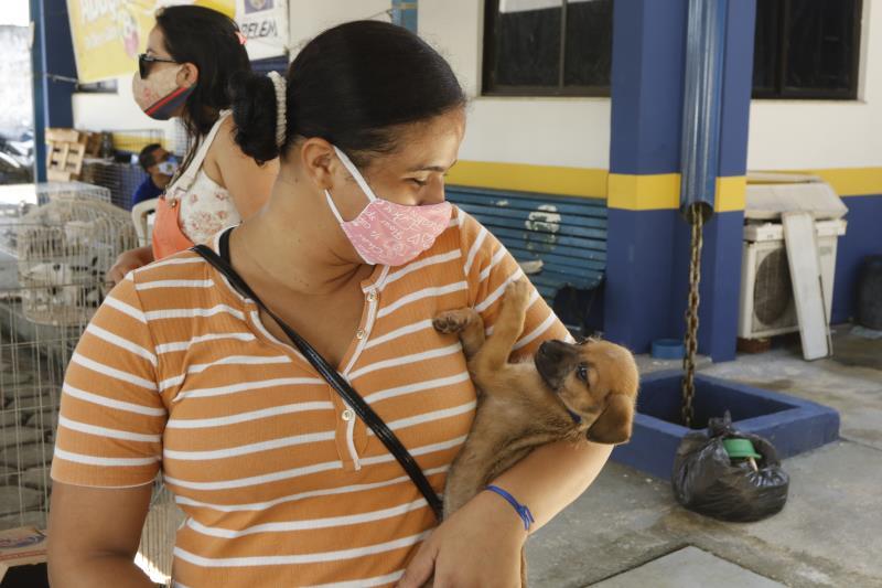 Bruna Melo, 21 anos, adotou dois cachorros na feira deste domingo.