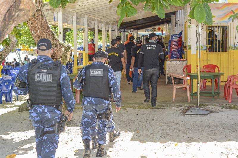 Os agentes de segurança percorrem os estabelecimentos comerciais da ilha.