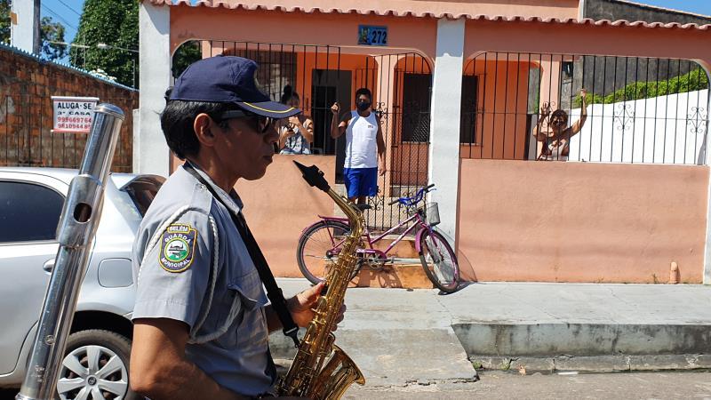 A apresentação começou às 9h30 e percorreu as ruas e a praça da Vila, encantando as pessoas