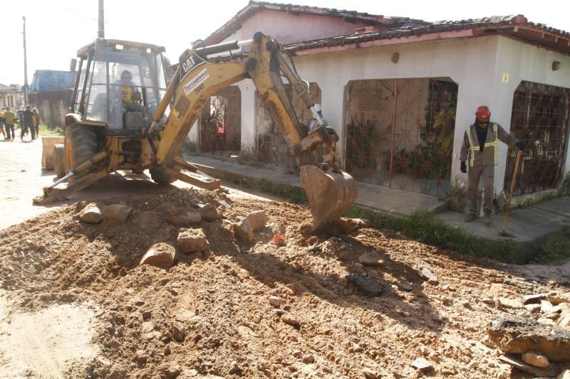 Conjunto Paulo Fonteles está passando por melhorias e o prefeito percorreu toda a extensão da via e vistoriou o trabalho de nivelamento da rua, que está sendo preparada para receber o asfalto.