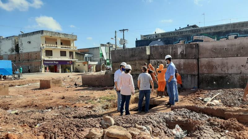 Equipes da Sesan realizam a desobstrução das galerias.