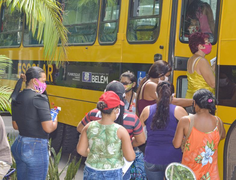 Para facilitar o acesso dos pais e responsáveis que residem em bairros distantes da ilha de Caratateua, a Escola Bosque disponibilizou três ônibus escolares para buscar e levar durante todo o horário estipulado para a entrega.
