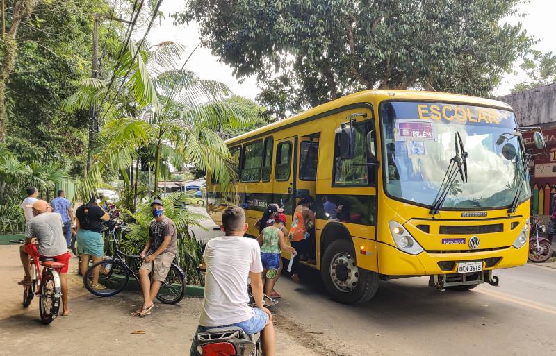 Durante a entrega dos kits de merenda no distrito de Outeiro, três ônibus escolares foram buscar e levar pais e responsáveis que residem em bairros distantes