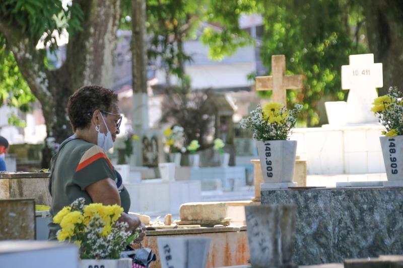 As visitas foram permitidas respeitando protocolo sanitário específico para os cemitérios.