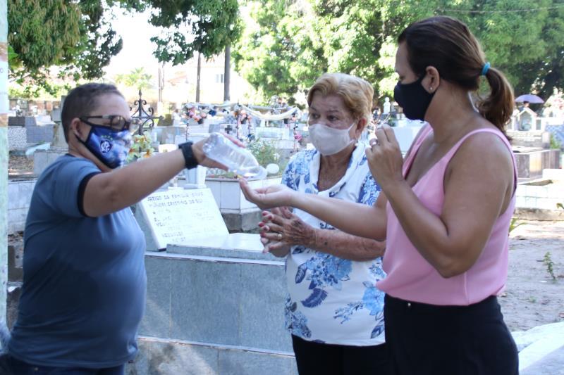 Servidores municipais distribuíram álcool em gel.