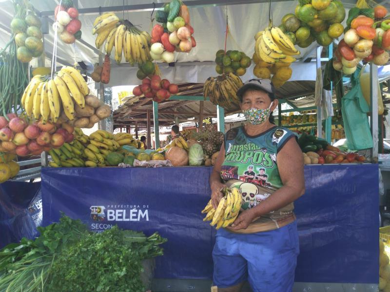 """""""Com esse novo equipamento me sinto bem mais segura para trabalhar"""", diz a feirante Cláudia Chaga"""