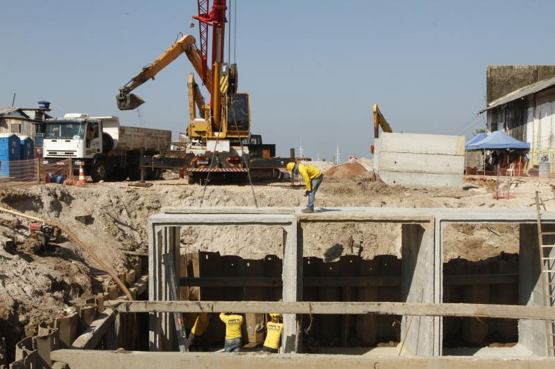 Escavadeiras e caçambas dão apoio ao trabalho dos operários