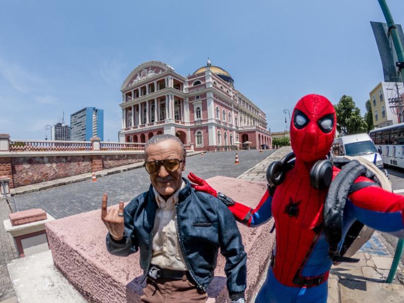 O desenhista-criador Stan Lee e o Homem Aranha em frente ao teatro Amazonas