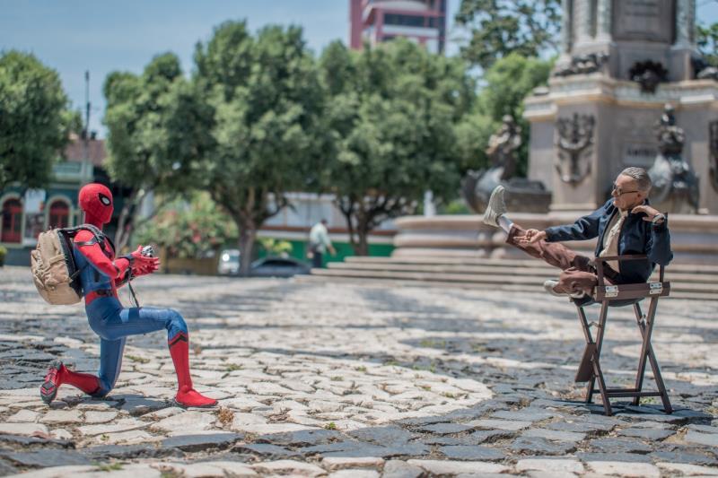 Homem Aranha e Stan Lee 'conversam' em uma praça de Manaus