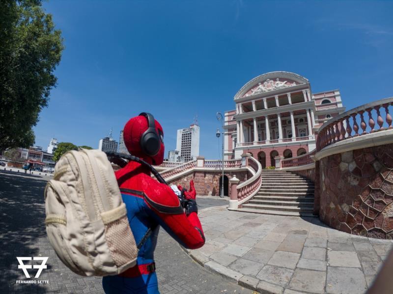 Homem Aranha chegando ao teatro Amazonas