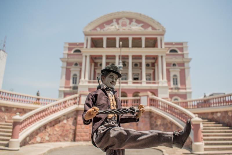 Carlitos dança em frente ao teatro Amazonas