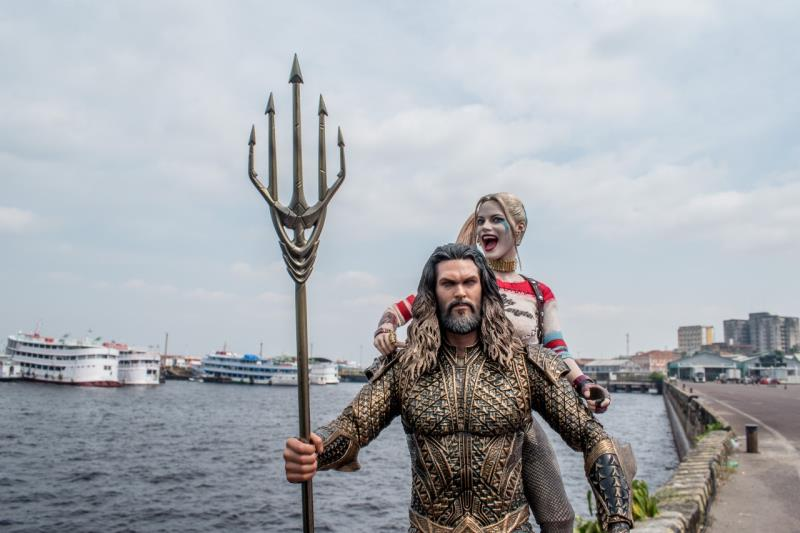 Arlequina e Aquaman às margens do rio Negro